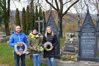 Uctili si národovcov pochovaných na mestskom cintoríne v Revúcej položením dušičkových vencov