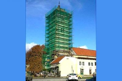 """Rožňavská strážna veža je """"odetá"""" stavbárskym lešením"""