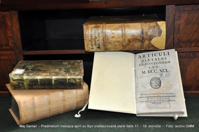 Predmetom mesiaca apríl sú štyri zreštaurované staré tlače 17. - 19. storočia