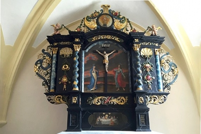 Fénix priletel na oltár do roštárskeho evanjelického kostola