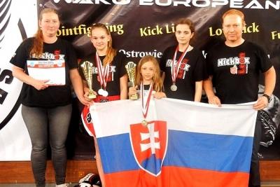 Kapitánka Kickbox Leon Revúca Janka Guláková a Alžbetka Teličáková priniesli z Poľska zlaté medaily