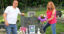 Novomanželia položili svadobnú kyticu k hrobu starkého nevesty v Čiernom Potoku