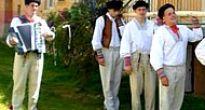 Dodnes chodia na Rusadlie vo Vlachove mládenci v krojoch po dedine a stavajú máje slobodným dievčatám