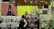 Cez izbicu starej mamy vchádzajú žiaci do svojich tried
