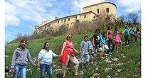 Žiaci Krásnohorského Podhradia živou reťazou preniesli zo školy na hrad pozitívnu energiu