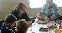 Menšie iväčšie deti chytili do rúk štetce, pastelky, fixky, maľovali  vajíčka iveľkonočné motívy
