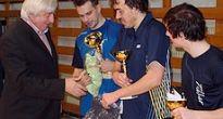 Bratia Šeredovci bojovali vo finále stolnotenisového turnaja v Gemerskej Polome. Pohár patrí Petrovi