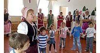Členky folklórnej skupiny Lehoťanka sa prihovorili deťom z Materskej školy v Slavošovciach