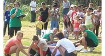 Športový deň v Gemerských Tepliciach sa nezaobišiel bez tanca na tráve  a behu s fúrikom