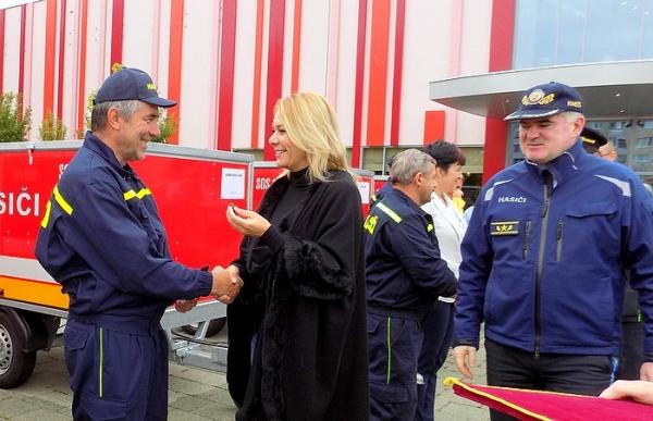 Protipovodňové vozíky od ministerky vnútra SR Denisy Sakovej si prevzalo aj trinásť dobrovoľných hasičských zborov z okresu Revúca