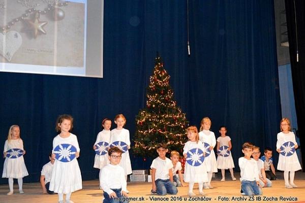 Pod vianočným stromčekom Zocháčov pribúdali dary plné piesní, tanca, kolied, vinšovačiek a tiež scénok