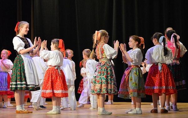 Eniki beniki v sále Radnice v Rožňave s detskými folklórnymi súbormi rožňavského okresu