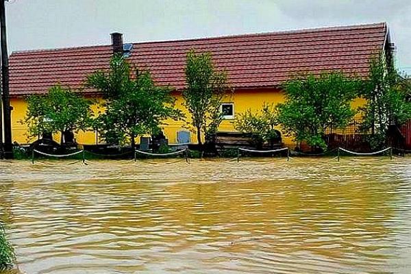 "Zuzana Dobošová, Jovice: ""Tŕpli sme hrôzou, lebo ak by hladina vody stúpla ešte o centimeter, zase by sme mali celé prízemie pod vodou"""