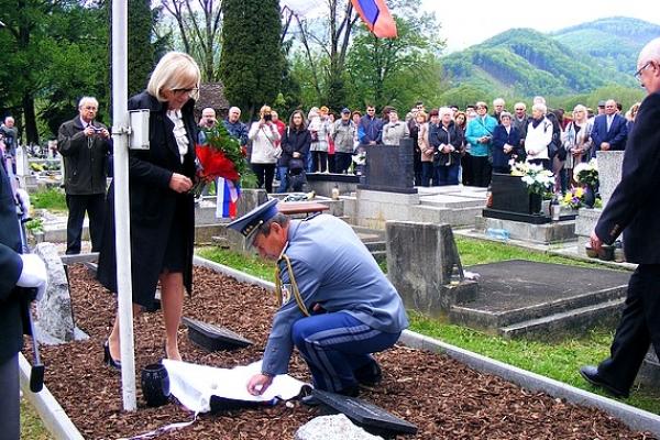 Prsť zeme z koncentračného tábora Flossenbürg, miesta popravy gen. Rudolfa Viesta, uložili počas osláv Dňa víťazstva v Revúcej