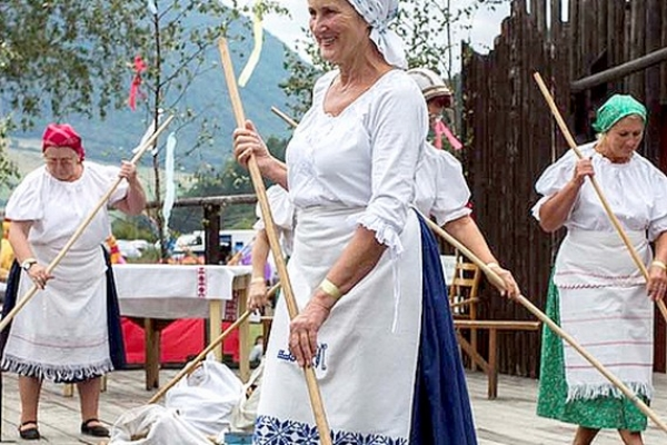 U nás taká obyčaj...: Folklórny večer s folklórnou skupinou Lehoťanka