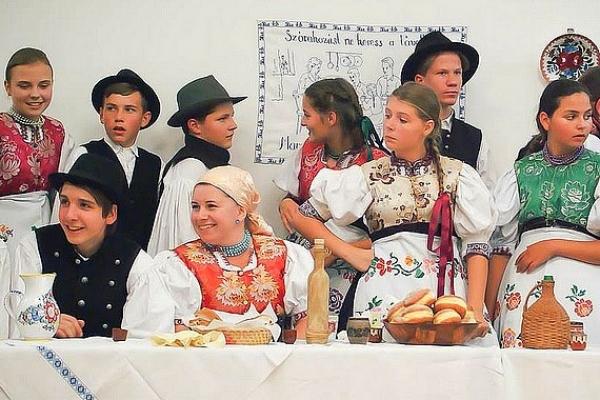 Pravá gemerská muzika, tanec a spev v podaní folklórneho súboru Borostyán z Drnavy a ĽH Ondreja Hlaváča