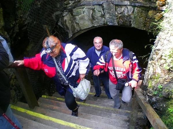 Seniori z Revúckej Lehoty s čelovkami či baterkami prešli Slavošovským tunelom