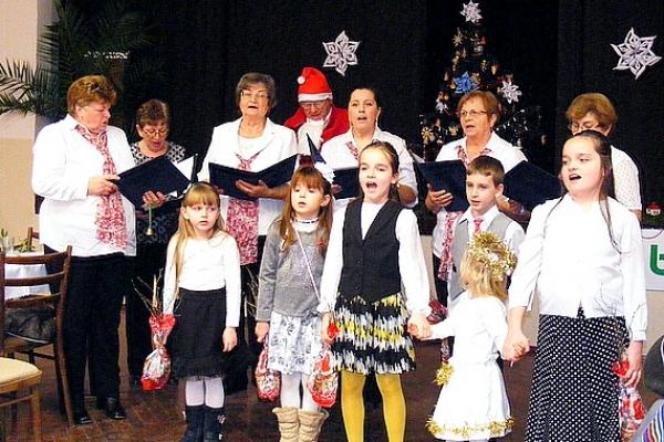 """Seniori v Rakovnici oslávili príchod Vianoc a Nového roka, ako každý rok, posedením """"Pod jedličkou"""""""