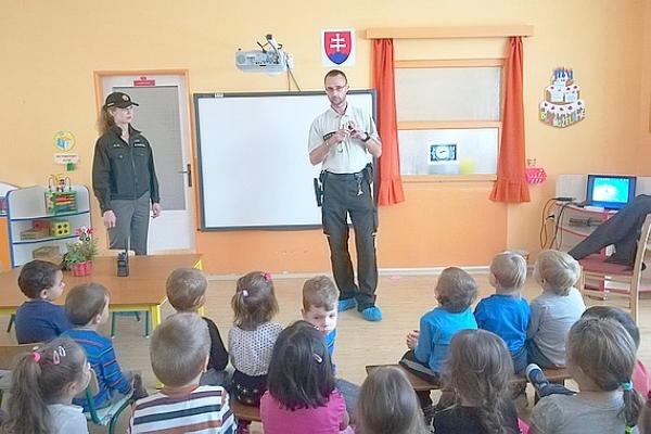 Dobrovoľní hasiči a príslušníci obvodného oddelenia Policajného zboru zavítali medzi deti do Materskej školy v Jelšave