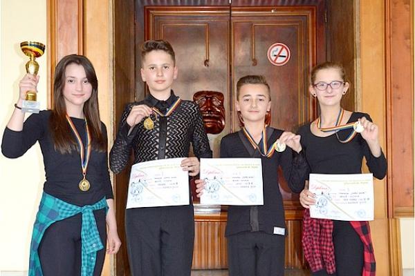 Mladí tanečníci z Revúcej si z rumunského Aradu priviezli tri krásne ocenenia