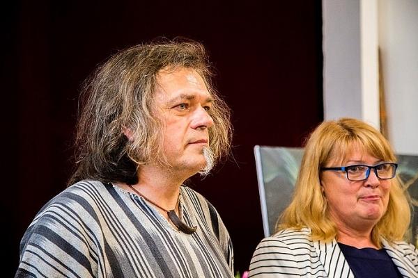 Televízny reportér Rasťo Ekkert vystavuje svoje obrazy v Revúcej