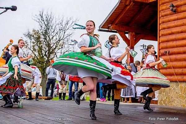 Slovenské mitrovanie prilákalo do obce Veľké Teriakovce tisícky návštevníkov