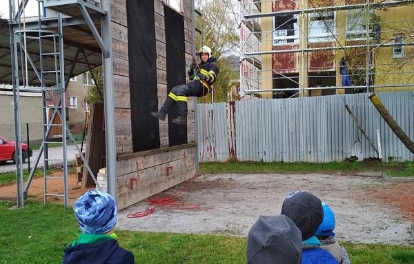 Aj deti už vedia aká ťažká je práca našich hasičov