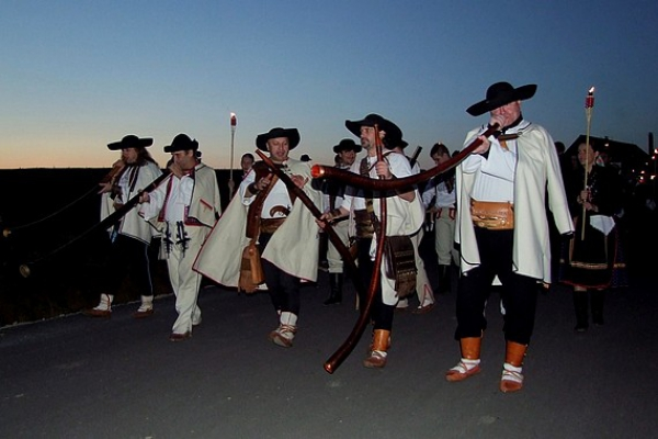 Slovenské mitrovanie na Salaši pod Maginhradom ukončil fakľový sprievod