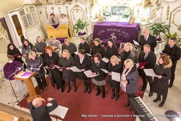 Slávnostný večer v Evanjelickom kostole v Revúcej nás vystúpením speváckeho zboru Quirin úplne pohltil vianočnou atmosférou