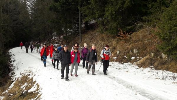 Zanieteným a skalným turistom Zimného prechodu Stolickými vrchmi prialo krásne slnečné počasie