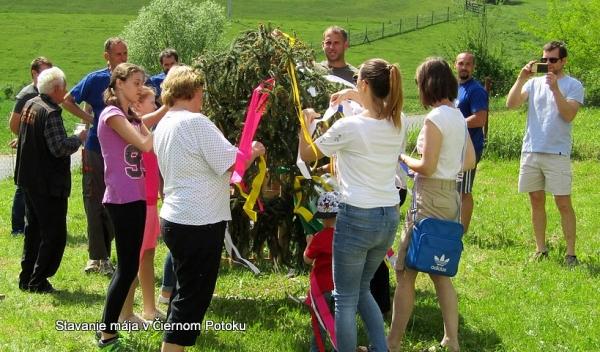 Prvého mája v Čiernom Potoku obnovili staroslaviansko-keltskú tradíciu stavania májov