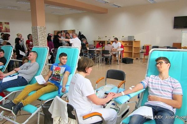 Gemerskú kvapku krvi v Tornali podporilo 35 dobrovoľných darcov - Jaroslav Pinzík daroval krv už po 106-krát
