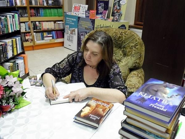 """Predajňa kníh """"KnihArt"""" na Námestí baníkov v Rožňave so spisovateľkou Janou Pronskou sa premenila na útulný priestor"""