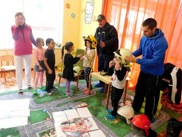 Deti Materskej školy v Jelšave už vedia prečo majú hasiči červenú, žltú, či bielu prilbu