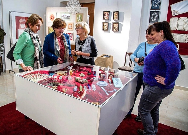Výstava čipky a keramiky nadchla návštevníkov revúckeho Domu kultúry