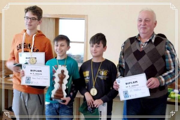 Víťazom šachového turnaja základných škôl rožňavského okresu v kategórii družstiev sa stalo družstvo ZŠ Pohorelá A