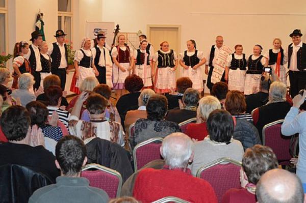 """Dom tradičnej kultúry Gemera v Rožňave zažil pravú bystränskú svadbu i s """"grajcärovým"""" tancom"""