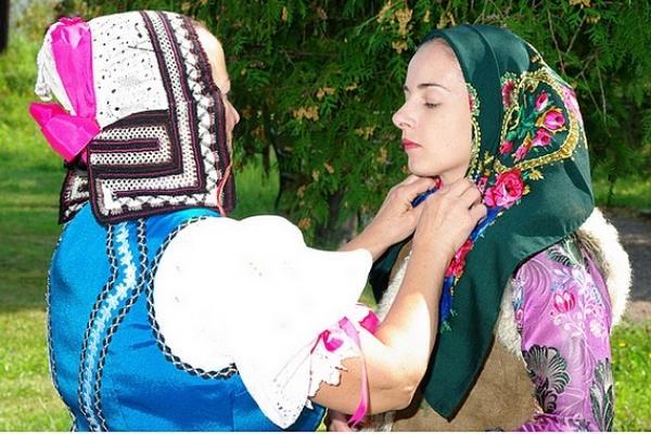 V Dome tradičnej kultúry Gemera v Rožňave je sprístupnená ojedinelá výstava ÚPRAVA VLASOV A POKRÝVKY HLAVY