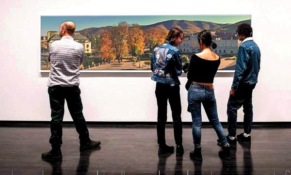 """Vernisáž """"nabitá"""" fotografiami aj návštevníkmi"""