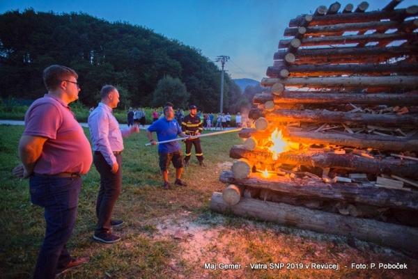 Vysoké plamene vatier a praskanie horiacich driev nás vracali do obdobia SNP