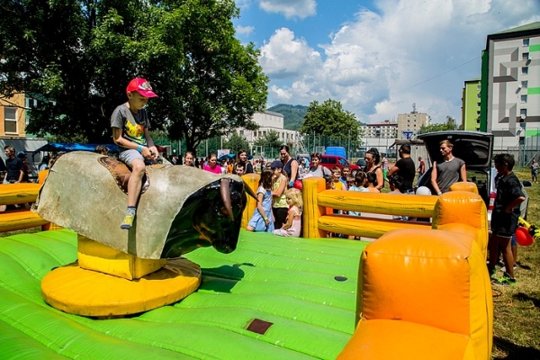 Revúcke deti oslávili Deň detí na školskom dvore, ktorý bol plný hier a súťaženia