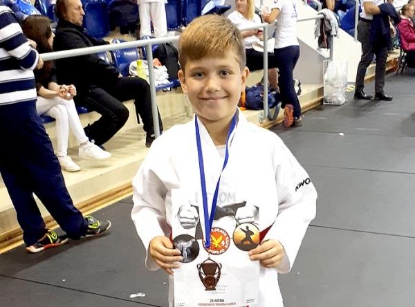 Tadeáš Sabol z Karate klubu Revúca na Popradskom pohári zvíťazil v športovom zápase kumite