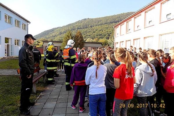 Školským rozhlasom vyhlásili požiarny poplach vo všetkých pavilónoch ZŠ v Jelšave