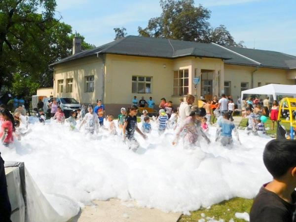 Dobrovoľní hasiči z Jelšavy pripravili na Deň obce deťom z Hucína hasičskú penu