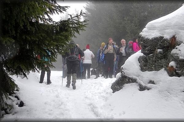 Jubilejný Novoročný výstup na Volovec v hustej hmle absolvovalo vyše 700 turistov