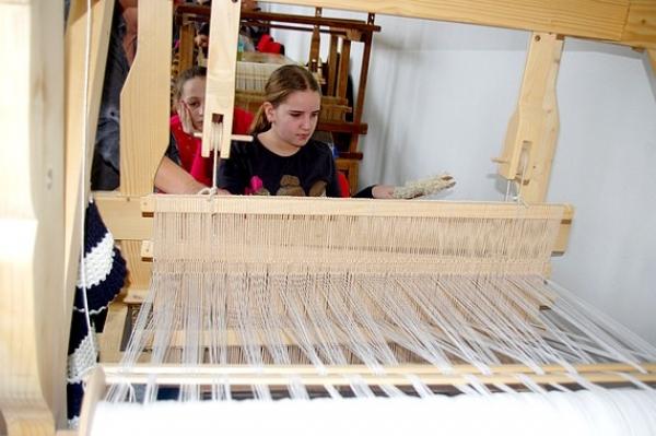 Tvorivej dielne sa zúčastnilo takmer 40 žiakov, ktorí si mohli vyskúšať samotné tkanie