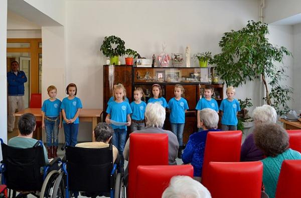 Seniorov Cilky potešili svojimi básňami, piesňami, žilky im rozihrali tančekom v rytme country