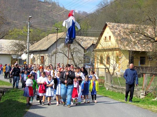 """Opäť po roku znela celou dedinou pieseň """"Hoj, Marienka, hoj, ďe ťa taňesiemo, taló na Držkóce..."""""""