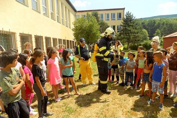 Medzi deti ZŠ v Sirku zavítali jelšavskí policajti a dobrovoľní hasiči
