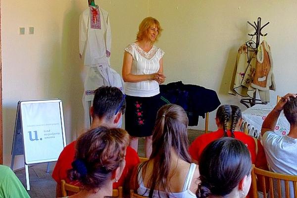 Čarovná studnička priblížila vývoj tradičných materiálov na výrobu tradičného ľudového odevu